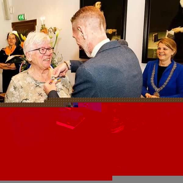 Tien Delftenaren ontvingen lintje van burgemeester Van Bijsterveldt