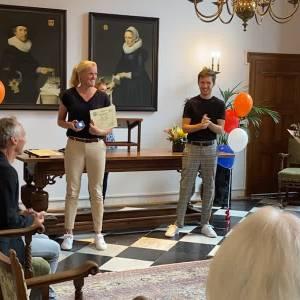 Delftse Olympiërs krijgen de sportspeld uitgereikt