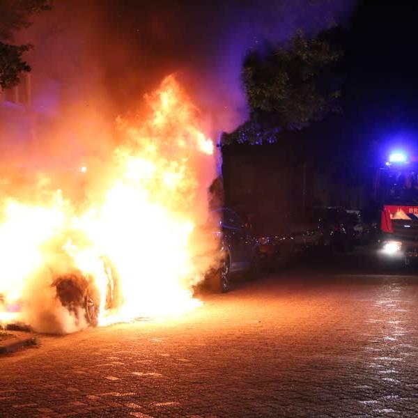 Auto staat in zee van vuur op de Aziëlaan in Delft