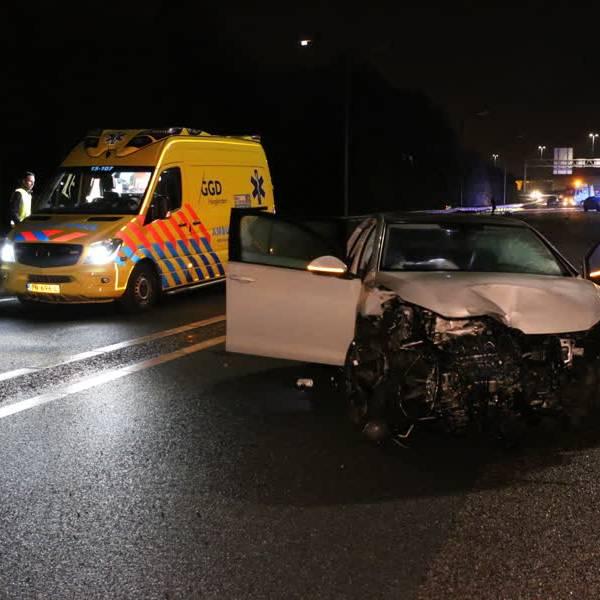 A13 bij Delft urenlang dicht door ongeval, tenminste 1 persoon ernstig gewond