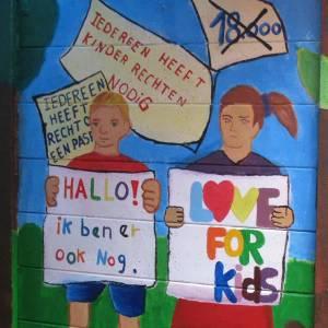 Speurend naar kinderrechtentekeningen op de fiets door Delft