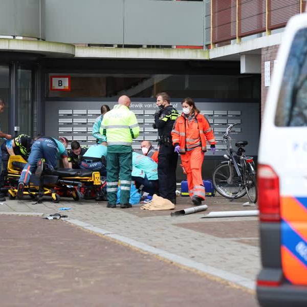 Man zwaargewond na val uit regenpijp in Delft