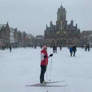 Langlaufend door de binnenstad: Delftenaren genieten van de sneeuw