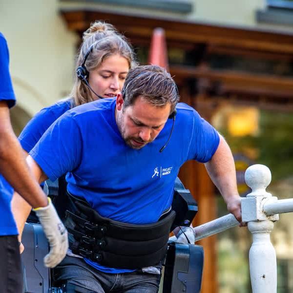 VIDEO: Dankzij 'uniek' exoskelet TU Delft kunnen dwarslaesiepatiënten weer buiten lopen