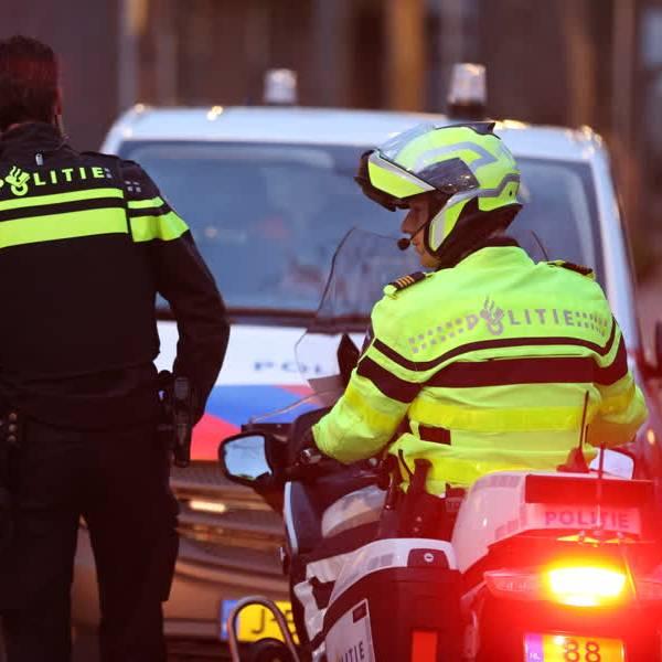 Politiehelikopter boven wijk Tanthof in Delft vanwege conflict