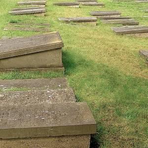 TU Delft onderzoekers zoeken bodem af op Joodse begraafplaats opzoek naar eeuwenoude grafstenen