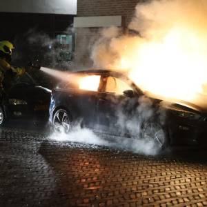 Toeter van auto in brand gaat lange tijd af aan de Van Adrichemstraat in Delft