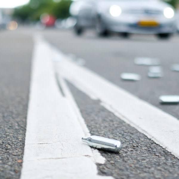 Het gebruik van lachgas wordt op veel plekken verboden in Delft