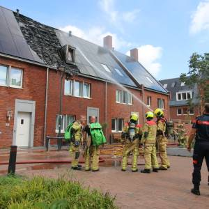 Woningen ontruimd en hond uit huis gered vanwege zonnepanelen brand in Delft