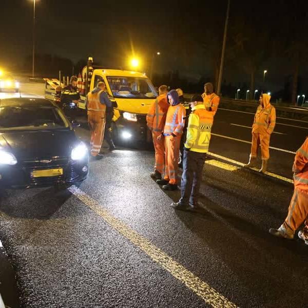 Automobilist klemgereden bij Delft nadat hij door wegafzetting rijdt