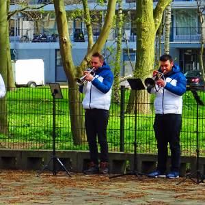 Spontaan openluchtconcert bij Mozartlaan brengt voorbijgangers aan het dansen
