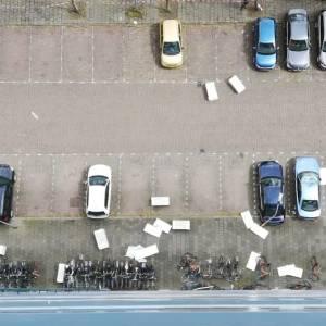 Stormachtige wind veroorzaakt schade aan geparkeerde auto's César Franckstraat