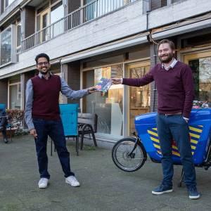 Wethouder Bas Vollebregt geeft 'supertoffe bundel' aan vrijwilligers